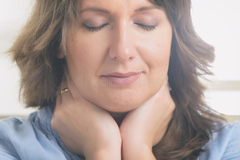 Praktiserande energimedicin f?r kvinna royaltyfria bilder