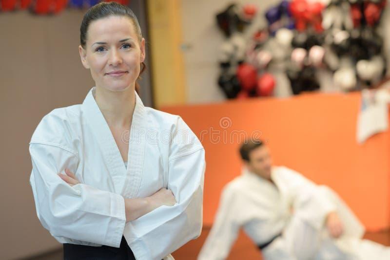 Praktiserande judon för kvinnlig idrottsman nen royaltyfri foto