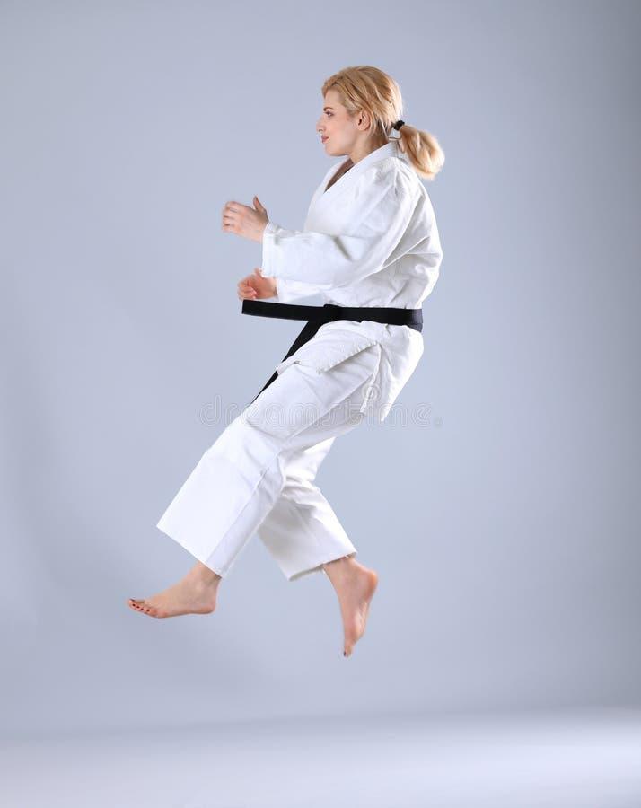 Praktiserande kampsporter för ung sportig kvinna arkivfoto