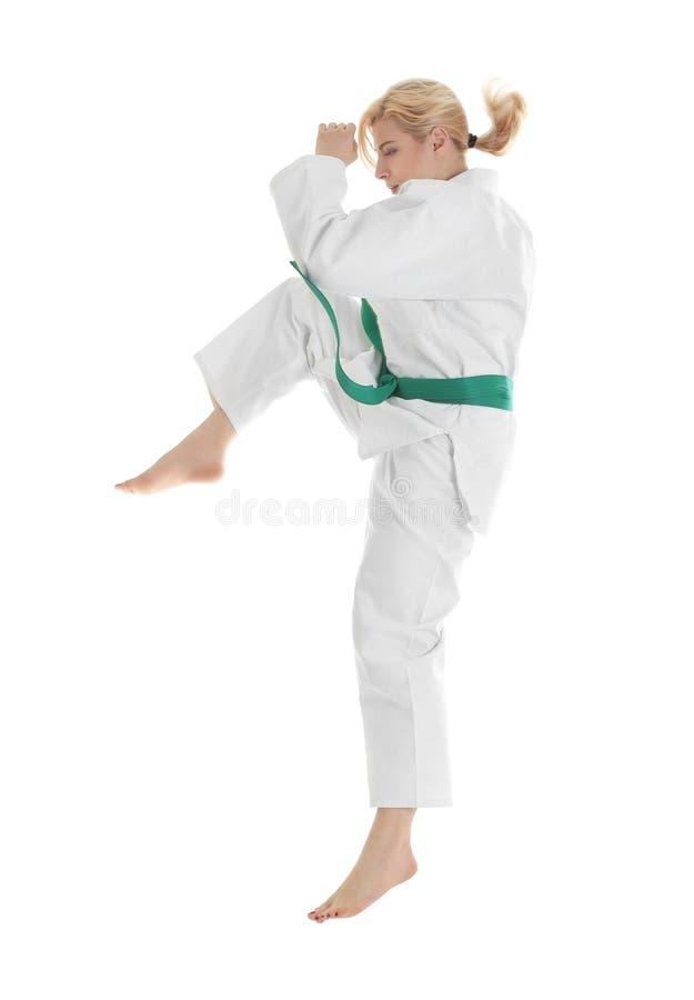Praktiserande kampsporter för ung sportig kvinna arkivfoton