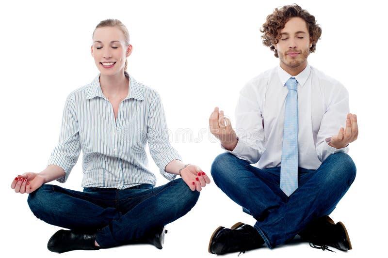 Praktiserande meditation för affärsfolk arkivbild