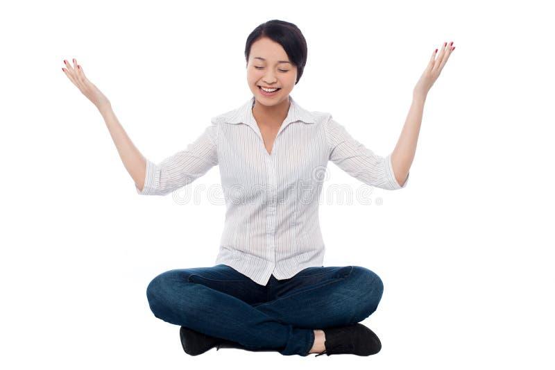Praktiserande meditation för nätt flicka smilingly fotografering för bildbyråer