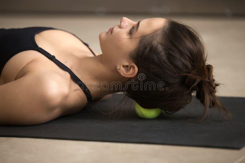 Praktiserande själv-massage för ung attraktiv kvinna teknik med te arkivbilder