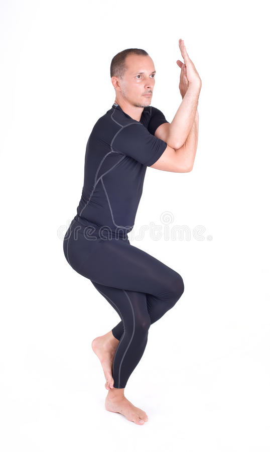 Praktiserande yogaövningar/Eagle Pose - Garudasana royaltyfria bilder