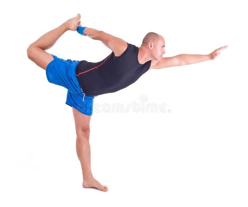 Praktiserande yogaövningar:  Herren av dansen poserar - Natarajasana arkivbild