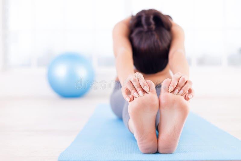 Praktiserande yoga. royaltyfri fotografi