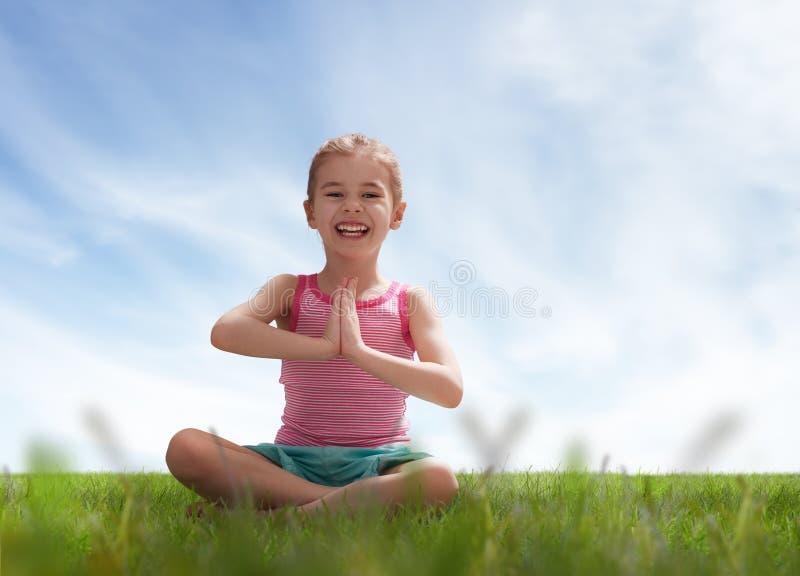Praktiserande yoga för barn arkivfoton