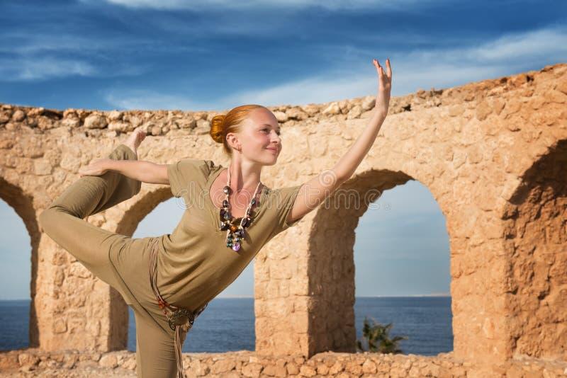Praktiserande yoga för härlig kvinna arkivfoton