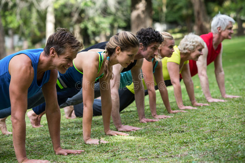 Praktiserande yoga för konditiongrupp arkivfoto