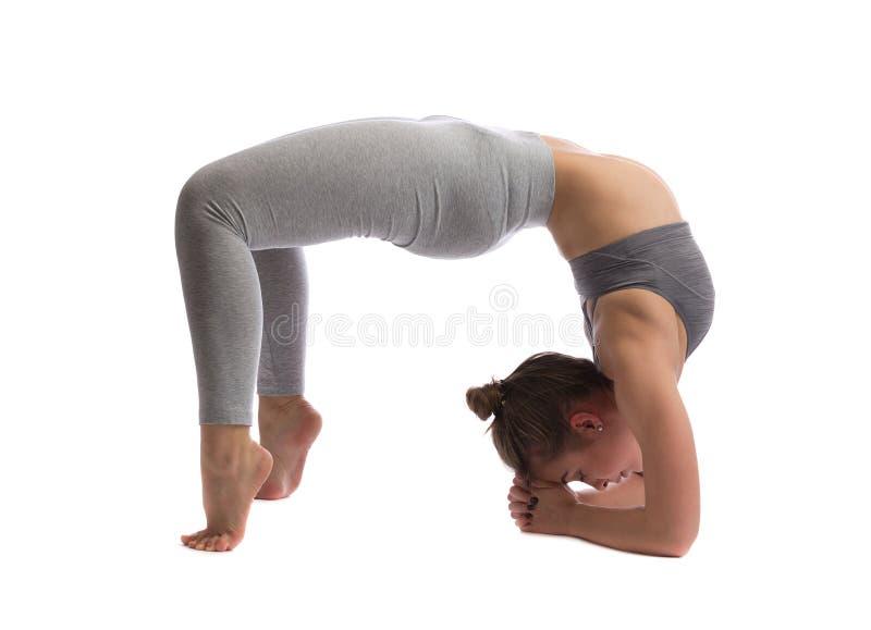 Praktiserande yoga för kvinna i en studio arkivbilder