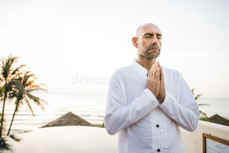 Praktiserande yoga för man i morgonen arkivfoton