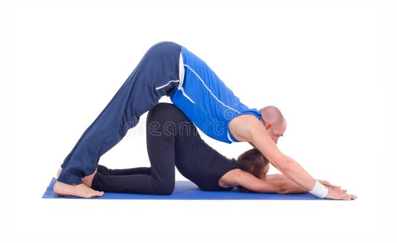 Praktiserande yoga för par royaltyfria bilder