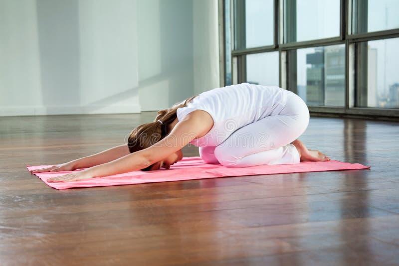 Praktiserande yoga för ung kvinna royaltyfri bild