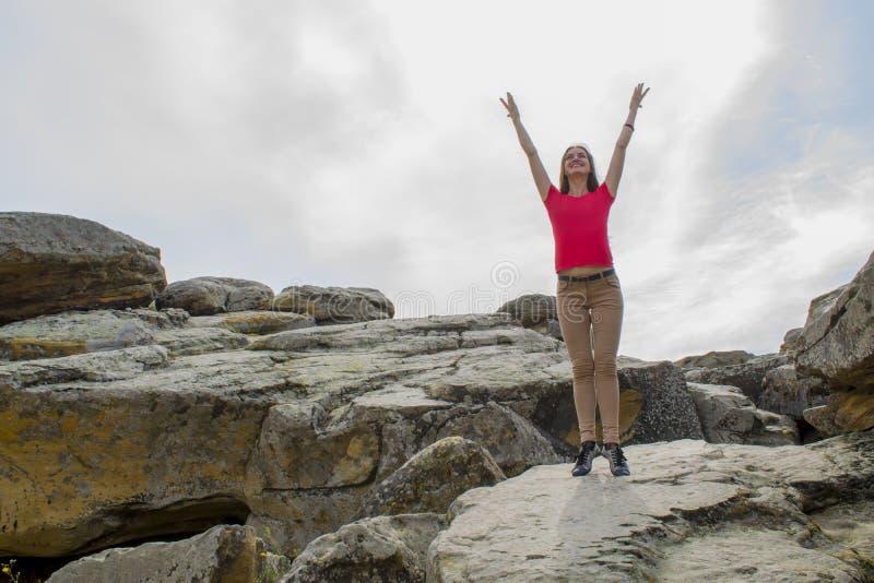 Praktiserande yoga för ung kvinna i bergen arkivbild