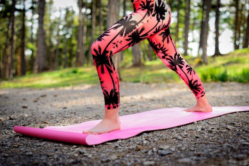 Praktiserande yoga för ung kvinna i ett skogMindfulnessbegrepp Meditationen kopplar av, meningen och kroppen arkivfoton