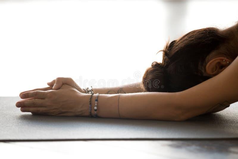 Praktiserande yoga för ung kvinna som gör meditationövning royaltyfri foto