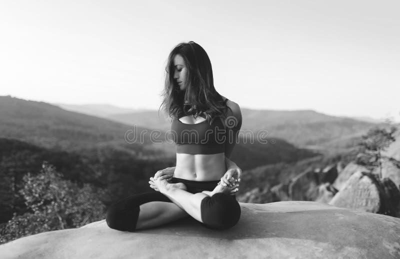 Praktiserande yoga för ung kvinna utomhus arkivfoton
