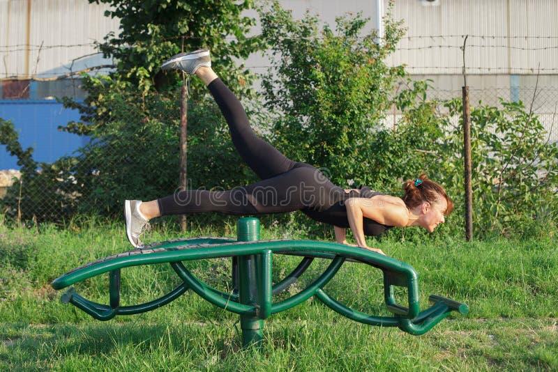 Praktiserande yoga för ung kvinna utomhus royaltyfri fotografi