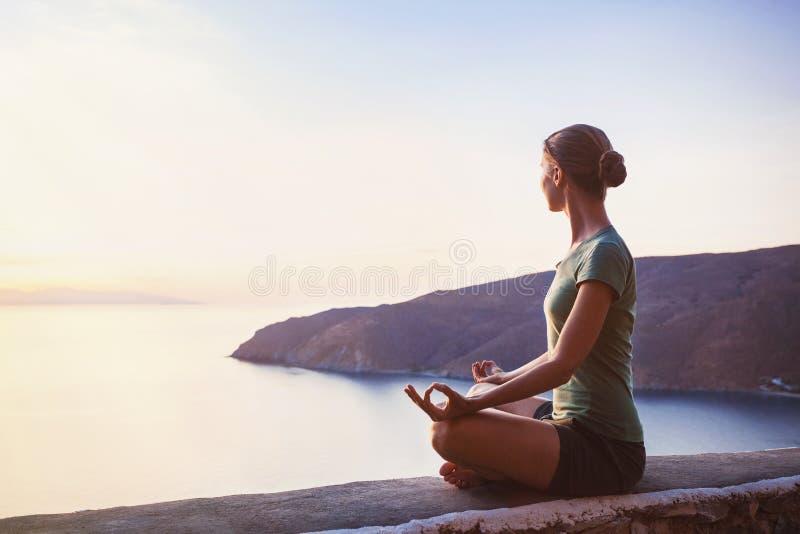 Praktiserande yoga för ung kvinna utomhus arkivbilder