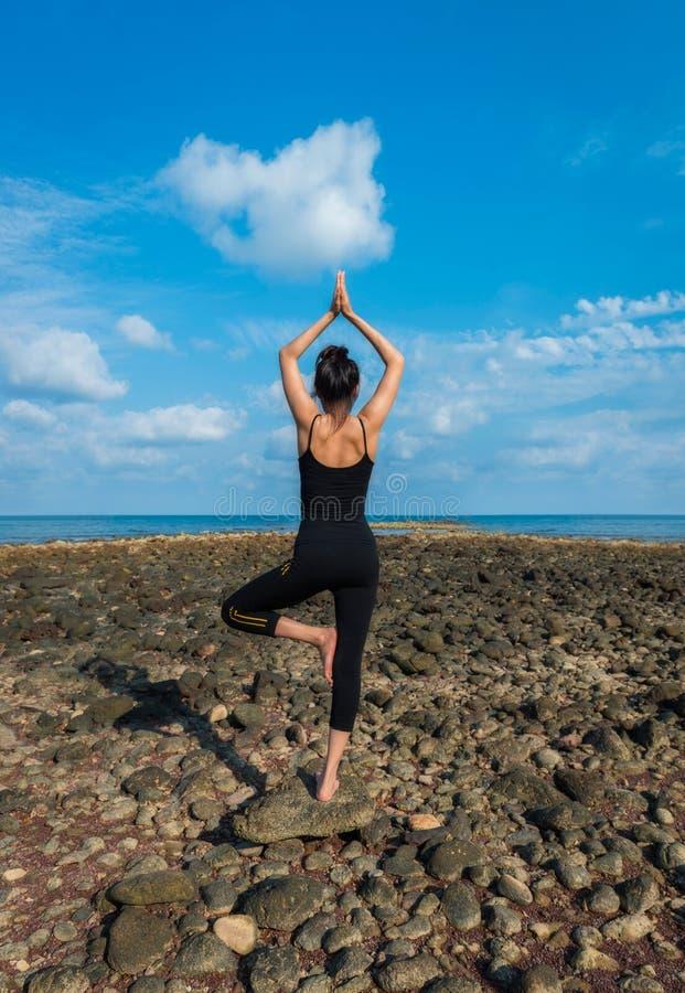 Praktiserande yoga för ung sund kvinna fotografering för bildbyråer