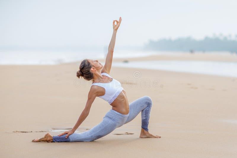 Praktiserande yoga f?r Caucasian kvinna p? kusten av v?ndkretshavet arkivbilder