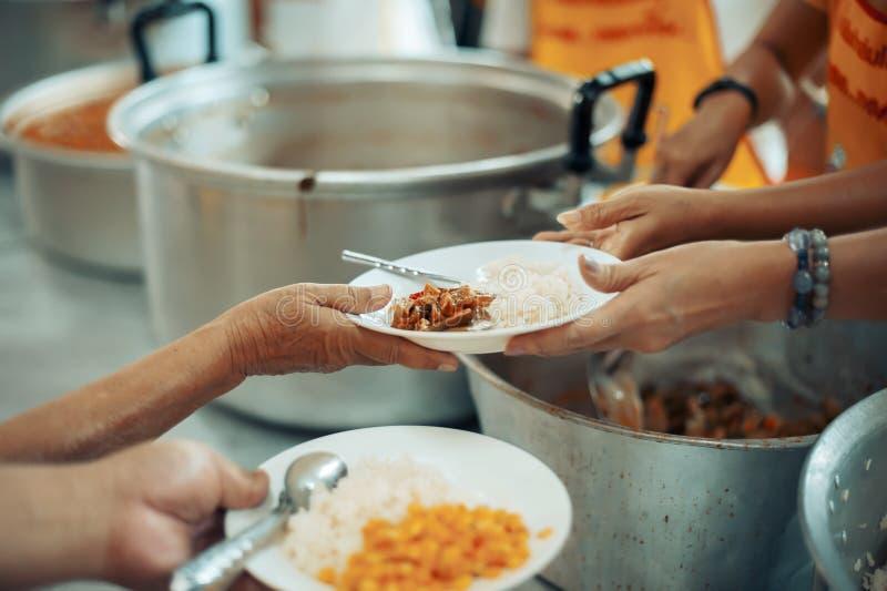 Praktisk mat av det hungrigt är hoppet av armod: begrepp av hemlöshet fotografering för bildbyråer