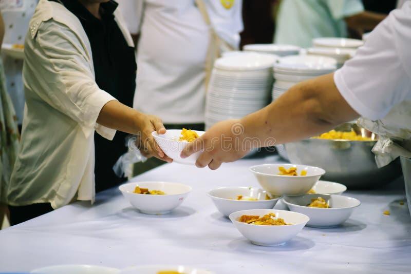 Praktisk mat av det hungrigt är hoppet av armod: begrepp av hemlöshet royaltyfri foto