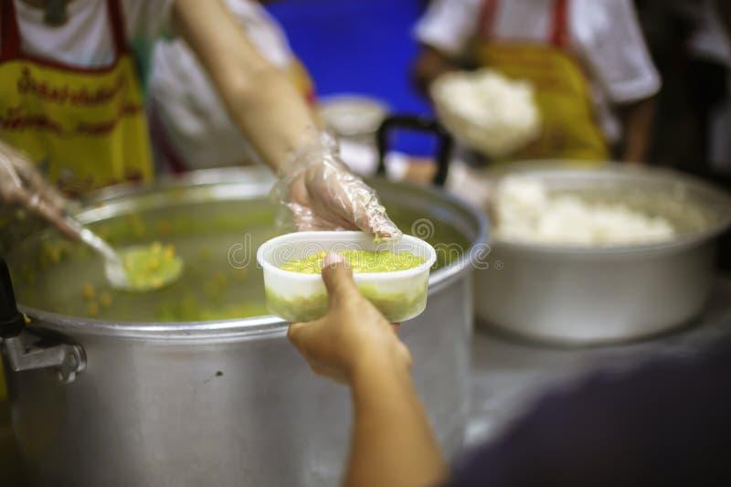 Praktisk mat av det hungrigt är hoppet av armod: begrepp av hemlöshet royaltyfria bilder