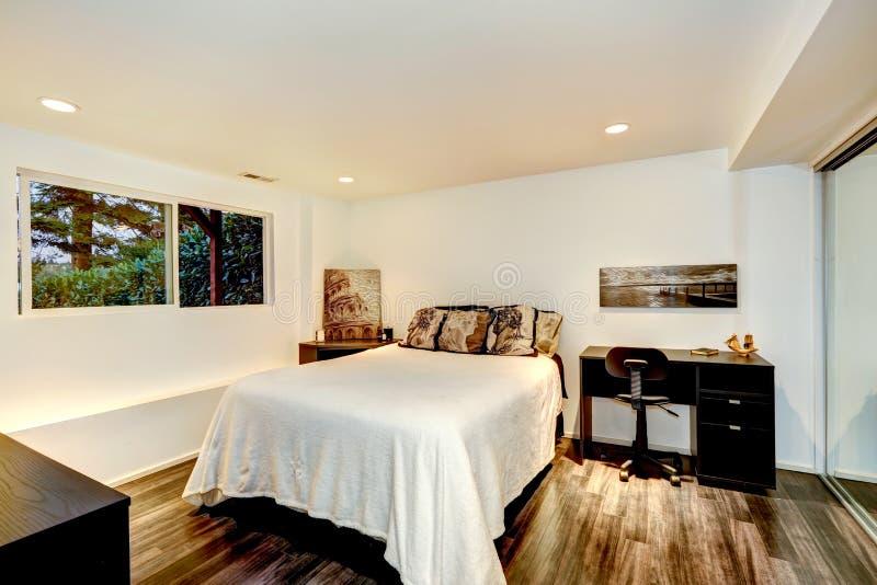 Praktisk sovruminredesign med kontorsområde royaltyfri fotografi