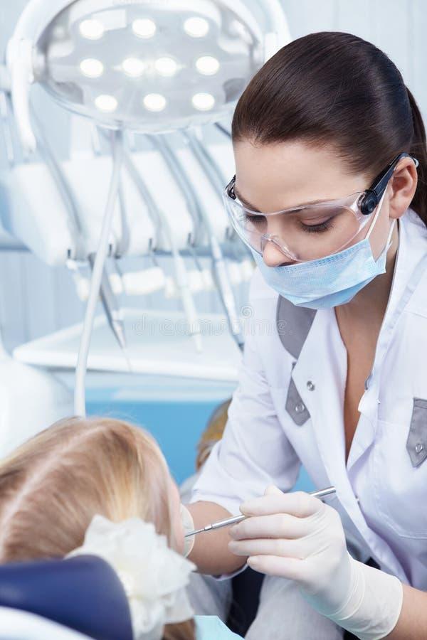 Praktizierender Zahnarzt lizenzfreie stockfotos
