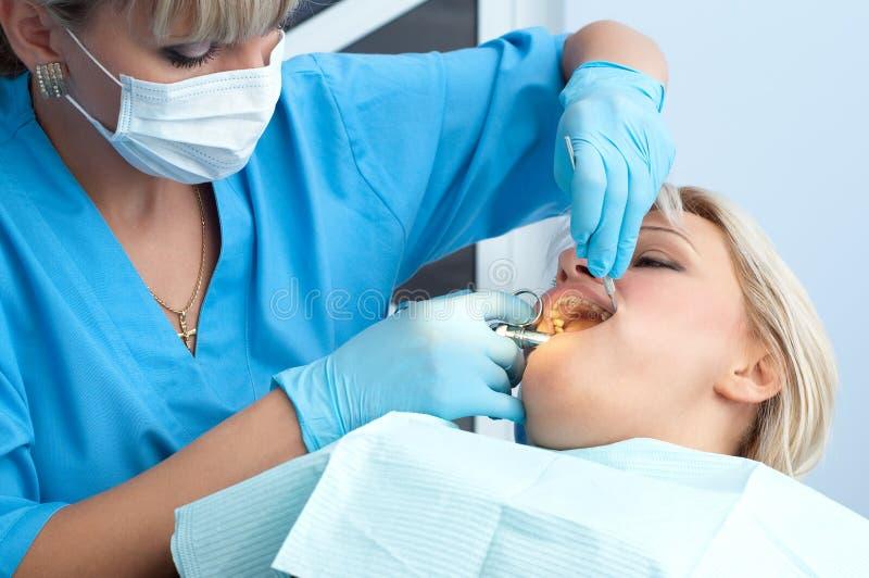 Praktizierender Zahnarzt, Anästhesieeinspritzung lizenzfreie stockbilder