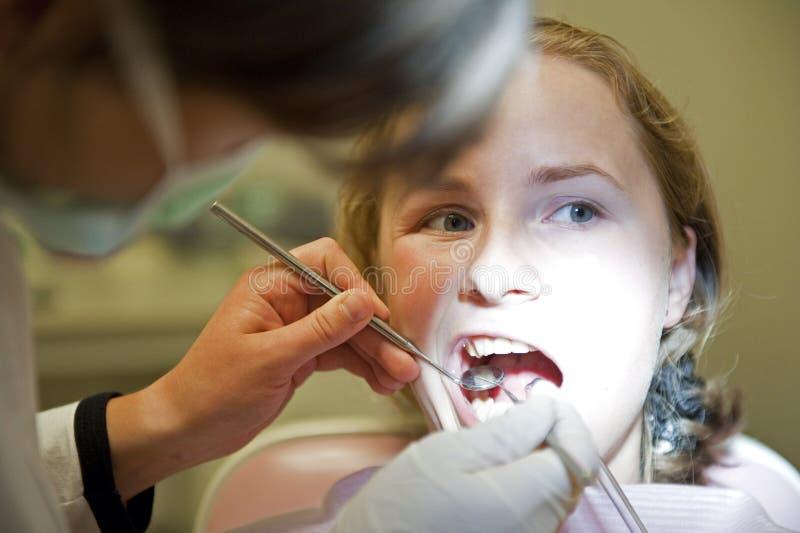 Praktizierender Zahnarzt, zahnmedizinische Überprüfung stockfotografie
