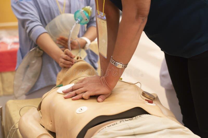 Praktykant wykonuje klatki piersiowej ściskanie z inną pielęgniarką wentyluje zdjęcia royalty free