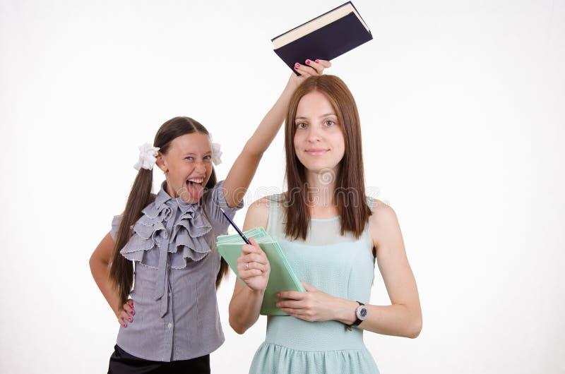 Praktykanta nauczyciel na głowie fotografia royalty free