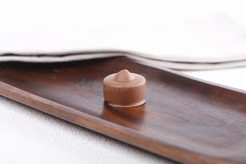 Praline auf einem hölzernen Brett stockbild