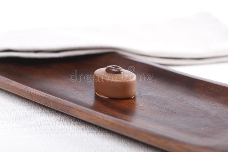 Praline auf einem hölzernen Brett lizenzfreies stockbild