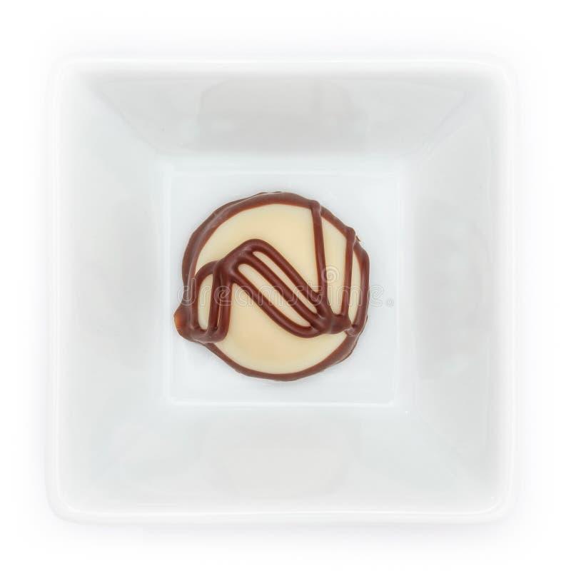 Praline blanche de chocolat avec le moulin entier dans une cuvette image stock