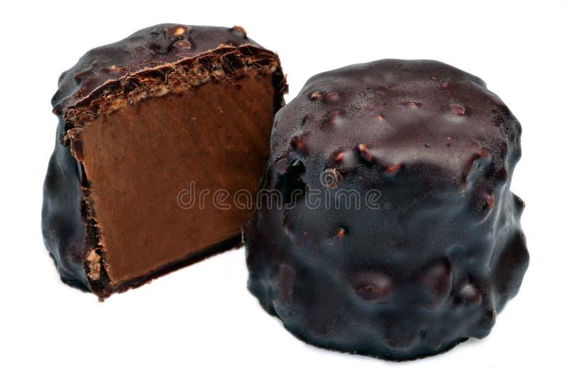 Praline con cioccolato fondente su un fondo bianco fotografia stock libera da diritti