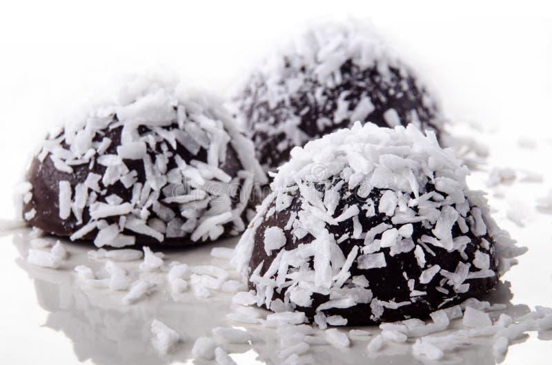 Praline gemaakte ââwith donkere chocolade royalty-vrije stock afbeeldingen