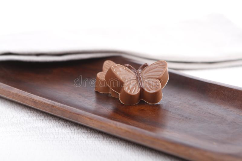 Praline op een houten raad stock afbeelding
