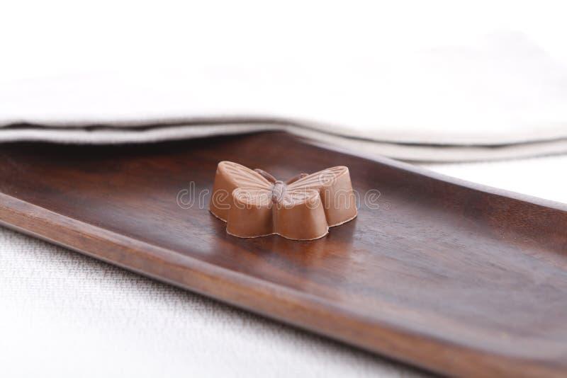 Praline op een houten raad stock afbeeldingen