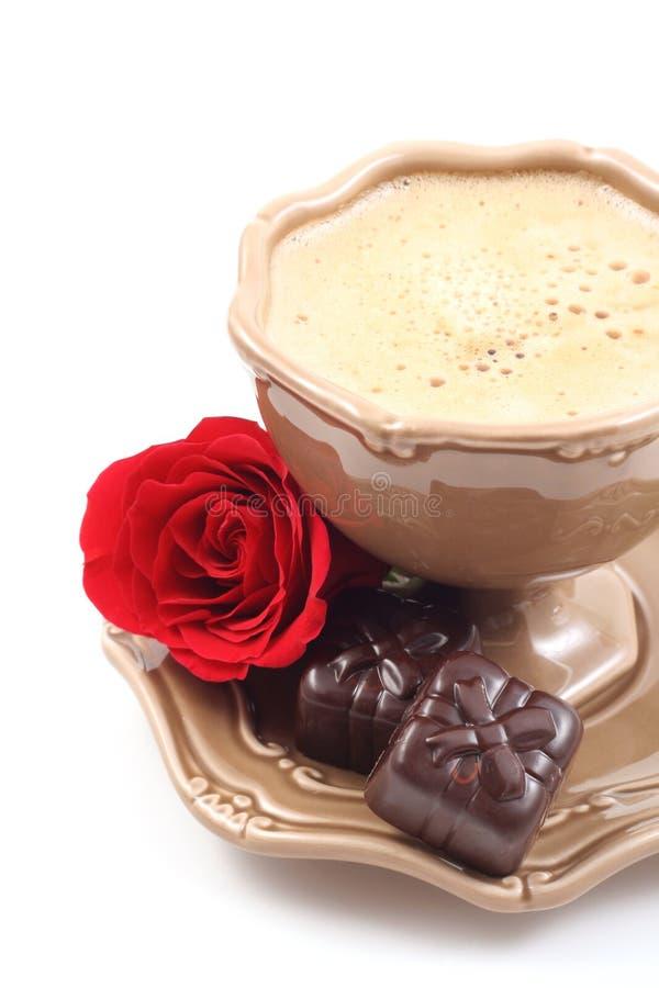 Pralinen und Tasse Kaffee stockfotografie