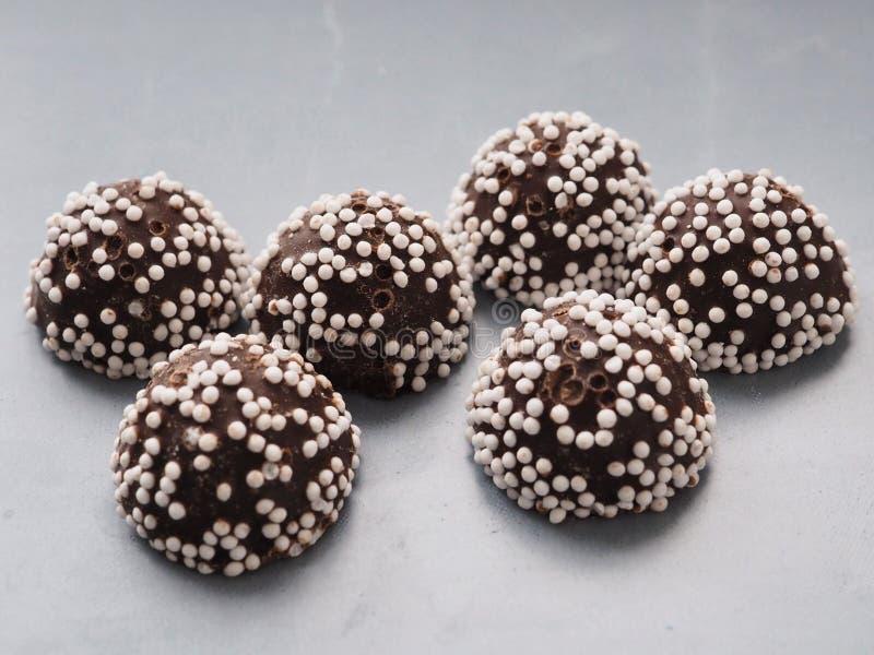 Pralines de chocolat sur le fond gris image libre de droits