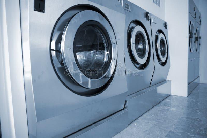Pralki w Handlowym Laundromat fotografia stock