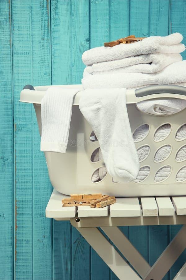 Pralniany kosz z ręcznikami obrazy stock