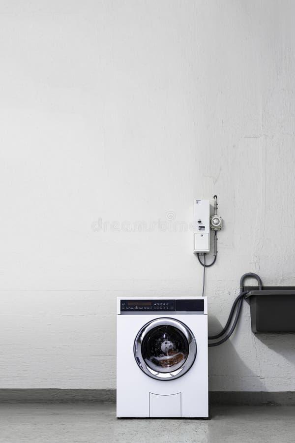 Pralniany pokój z menniczą maszyną zdjęcie royalty free