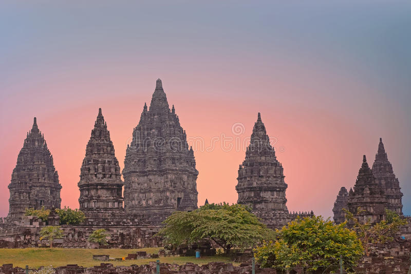 Prambanan o Candi Rara Jonggrang en Java Indonesia en la puesta del sol imagen de archivo