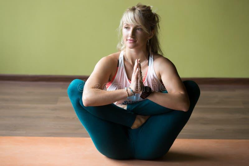 Pranama Garbha Pindasana joga poza zdjęcia stock