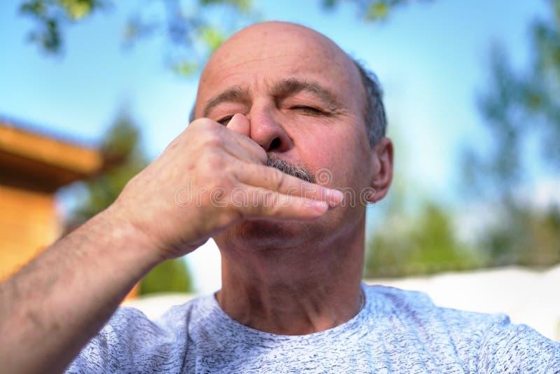Pranayama de respiração da ioga do homem maduro considerável no dia ensolarado do verão fora fotos de stock royalty free