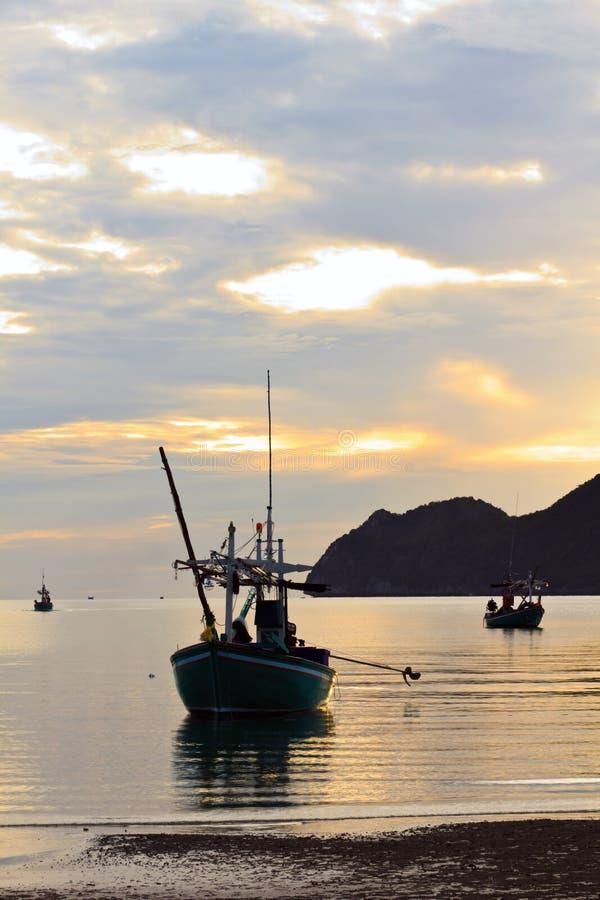 pranburi för mornin för strandfartygfiske arkivfoto